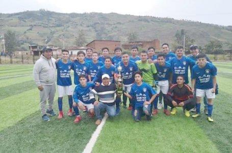 Sport Man alzo la copa en Acomayo