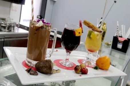 Dile adiós al frío: aprende a preparar cócteles de cacao, muña y camu camu