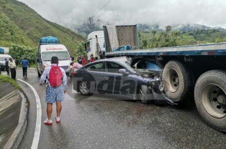 Conductor y pasajeras salvan de milagro al empotrarse auto en un tráiler